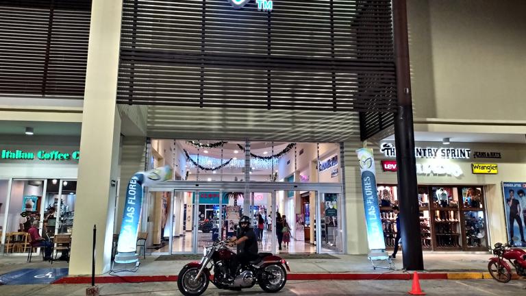 Fachada-cerrada-Plaza-Las-Flores-Tonalá
